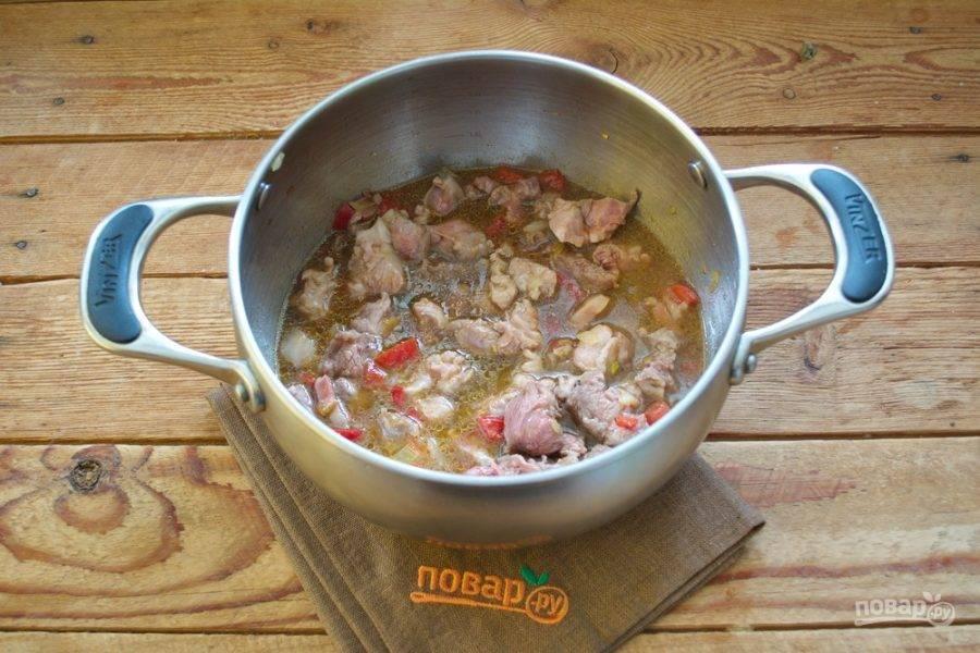 Когда мясо обжарится, добавьте в кастрюлю стакан вина. Тушите все на медленном огне, пока жидкость не уварится вдвое.