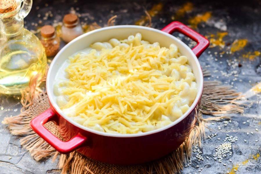 Переложите макароны в жаропрочную форму, засыпьте сыром. Запекайте макароны с сыром по-американски в духовке 15-20 минут при 180 градусах.
