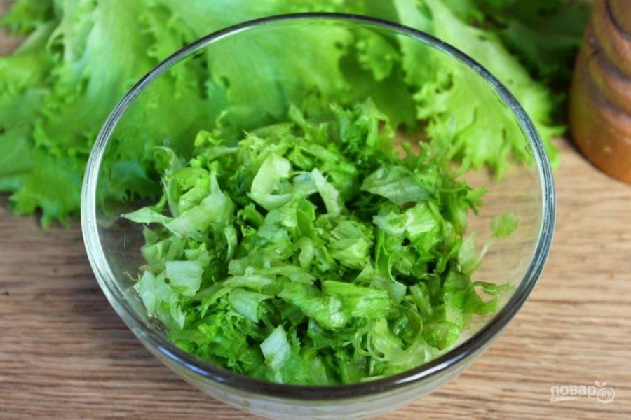 Добавляем листья салата.