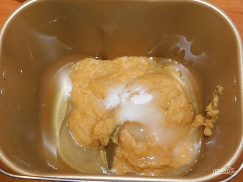 Выложите чечевицу в хлебопечку, должно быть 300 г, если не хватает - подлейте воды. Добавьте соль и сахар.