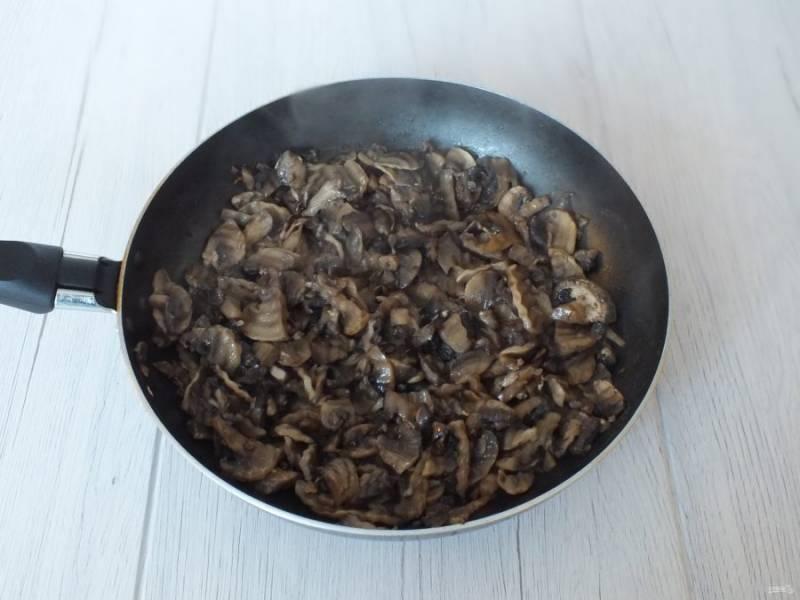После добавьте растительное масло, в количестве 1-2 ст.л., не более, обжарьте и добавьте сухой чеснок. Снимите с огня. Охладите.