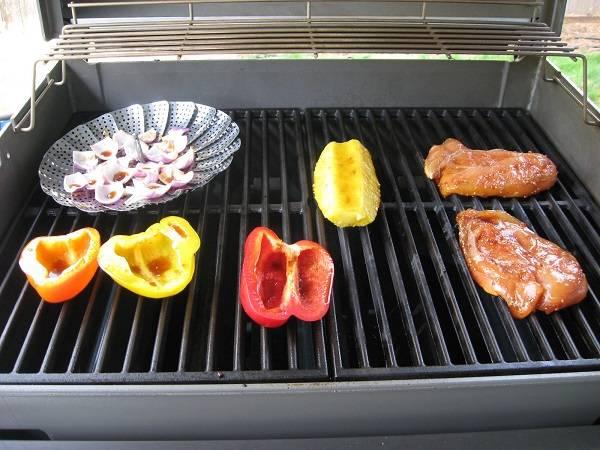 2. Разогреть как следует гриль и выложить туда овощи и грудку. Если рецепт приготовления курицы с овощами по-китайски рассчитан на духовку, тогда лучше всего завернуть их в фольгу и взбрызнуть кунжутным (или любым другим) маслом.