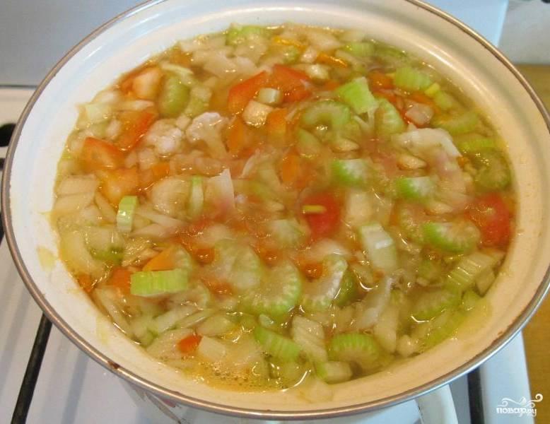 Все нарезанные ингредиенты закладываем в суп. Варим минут 5. После чего можно добавлять специи и соль. Не забываем про лимон. Отрезаем от него половинку и выдавливаем в суп. Выключаем через 5 минут.