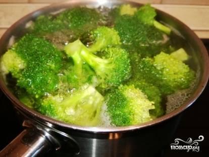 Брокколи бланшируем в кипящей воде минуты 3-4. Затем воду сливаем, а брокколи пусть остывает.