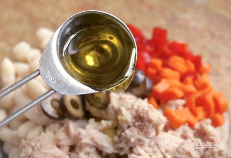Посолите, полейте оливковым маслом и хорошенько все перемешайте.