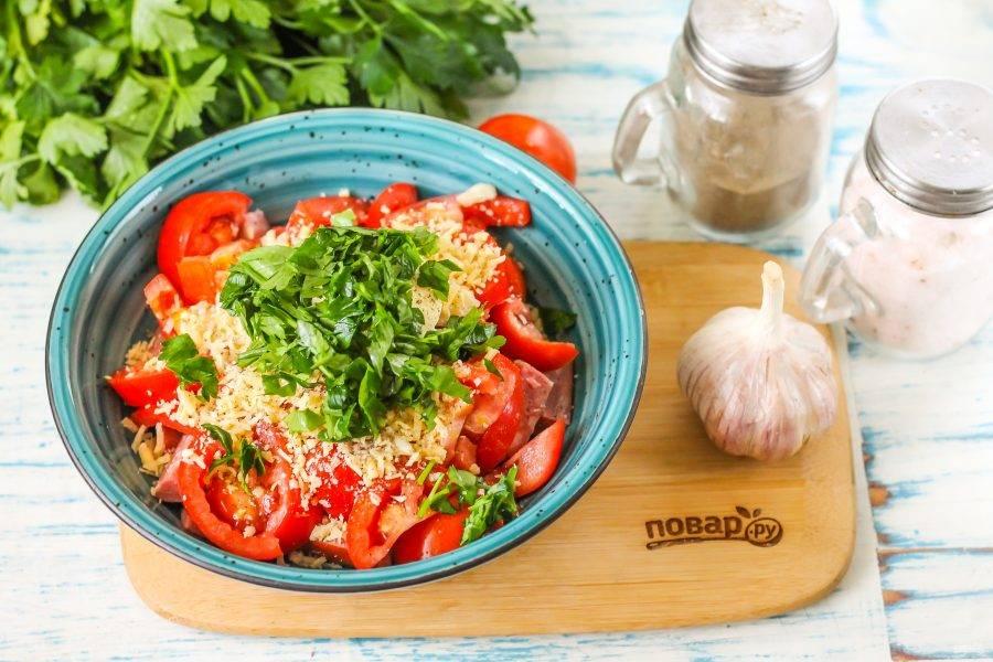 Промойте зелень петрушки или кинзы, измельчите и добавьте в емкость. Все аккуратно перемешайте. Грузинский салат готов!