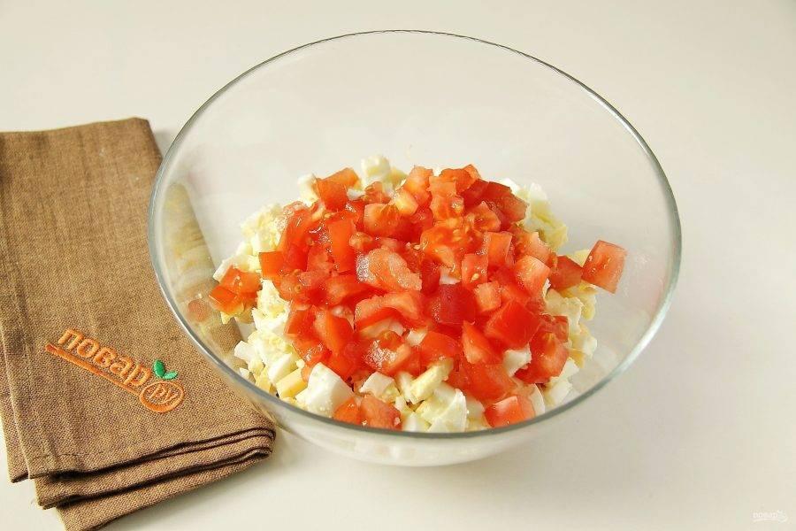 Нарезанный кубиками помидор.
