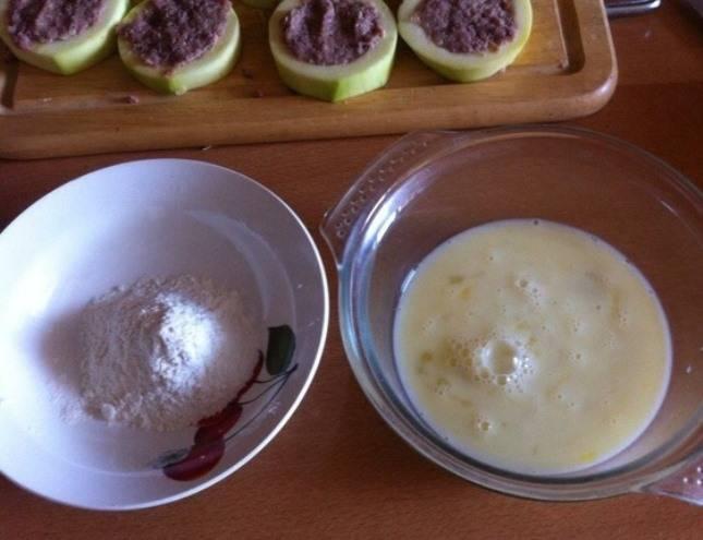 Для кляра смешайте молоко с яйцами и солью. Муку насыпьте отдельно.