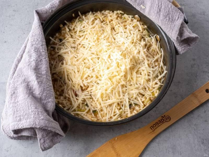 Блюдо почти готово, выключите плиту и посыпьте тертым пармезаном. Аккуратно перемешайте лопаткой.