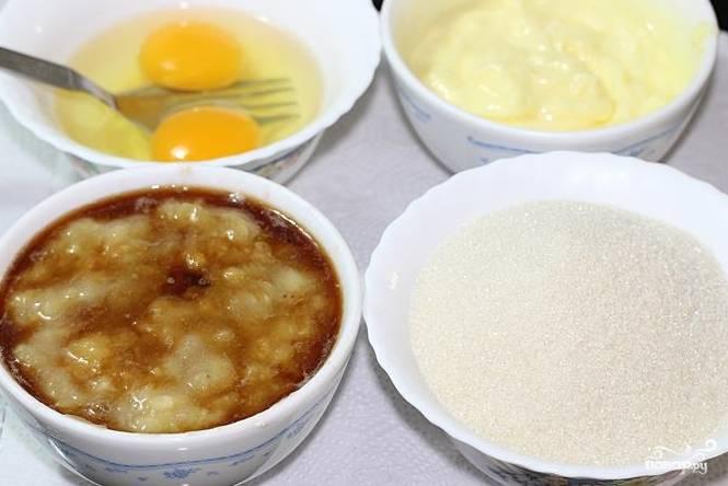 2. Подготовьте остальные ингредиенты: взбейте яйца, измельчите до состояния пюре мякоть банана с ванильным экстрактом, взбейте размягченное сливочное масло, отмерьте сахар.