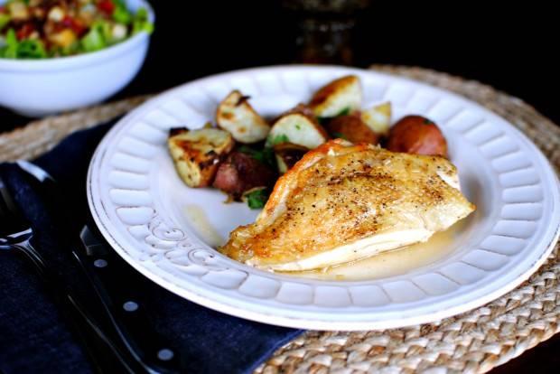 Затем кладем курицу на тарелочку, добавляем гарнир, поливаем соусом и подаем к столу. Приятного аппетита!