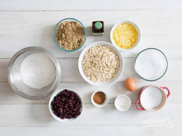 1. Перед вами все ингредиенты, которые понадобятся, чтобы испечь это чудесное овсяное печенье.