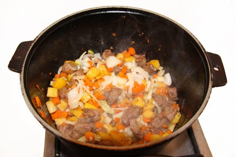 2. Мясо должно полностью размягчится. Пока оно готовится, мелко режем все овощи, и добавляем к готовому мясу.