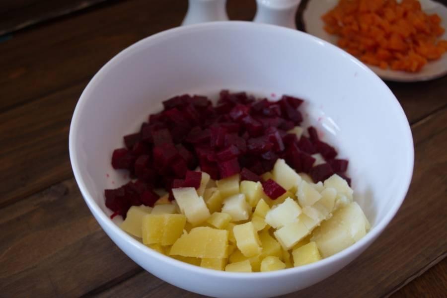 Картофель и свеклу соедините в салатнике.