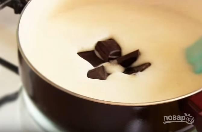 3. Когда масса прогреется, добавьте в нее сахар и шоколад. Как только они растворятся, уберите кастрюлю с огня.