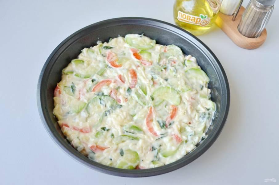 8. Включите духовку на 200 градусов, пусть прогревается. Антипригарную форму смажьте растительным или сливочным маслом.  Переложите овощи, разровняйте.