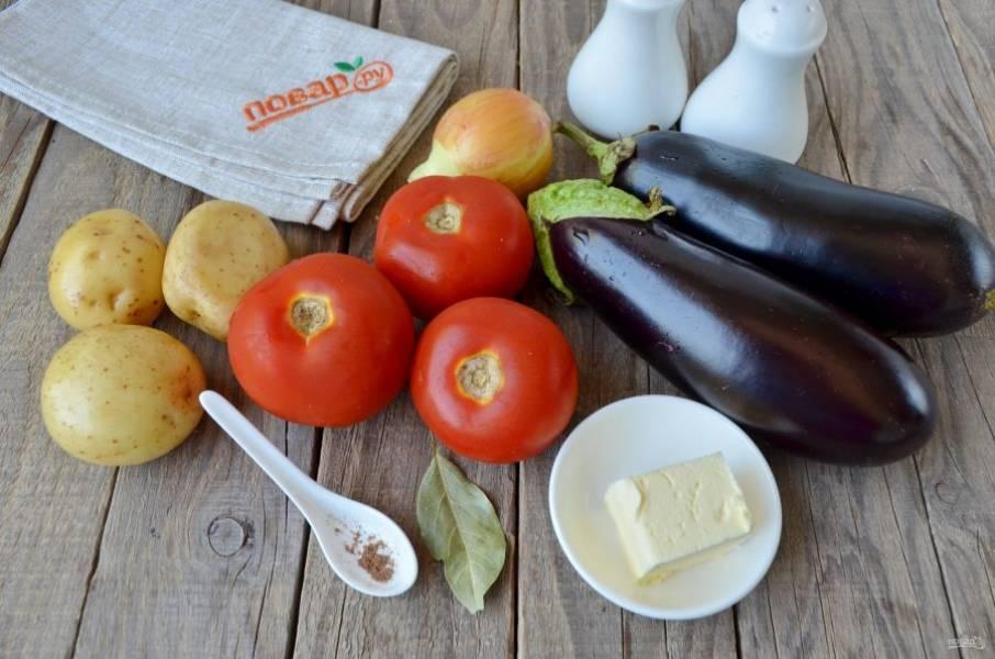 Подготовьте продукты для супа. Овощи вымойте, отрежьте кусочек масла. Из специй понадобится лавровый лист, щепотка мускатного ореха, перца и соль. Приступим!