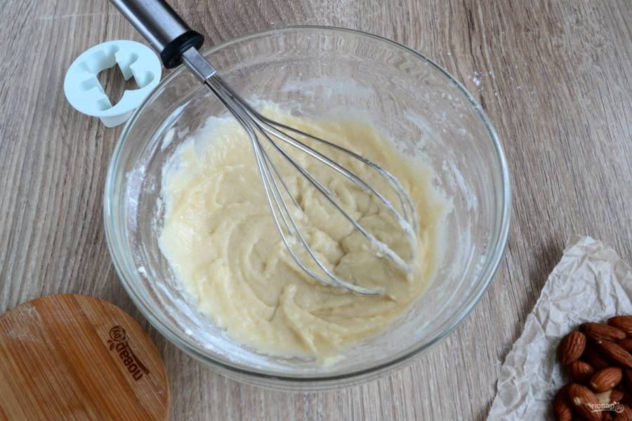 Смешайте половину муки, крахмал и щепотку соли. Все это перемешайте, добавьте все жидкие ингредиенты: сахарный сироп, растительное масло и мед. Хорошенько перемешайте, и уже в эту массу добавьте оставшуюся муку.