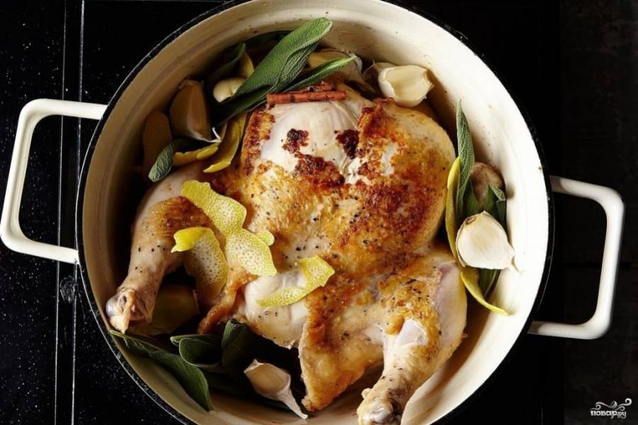 Курицу снова поместите в кастрюлю или казан, в котором вы её обжаривали. Добавьте все остальные ингредиенты.