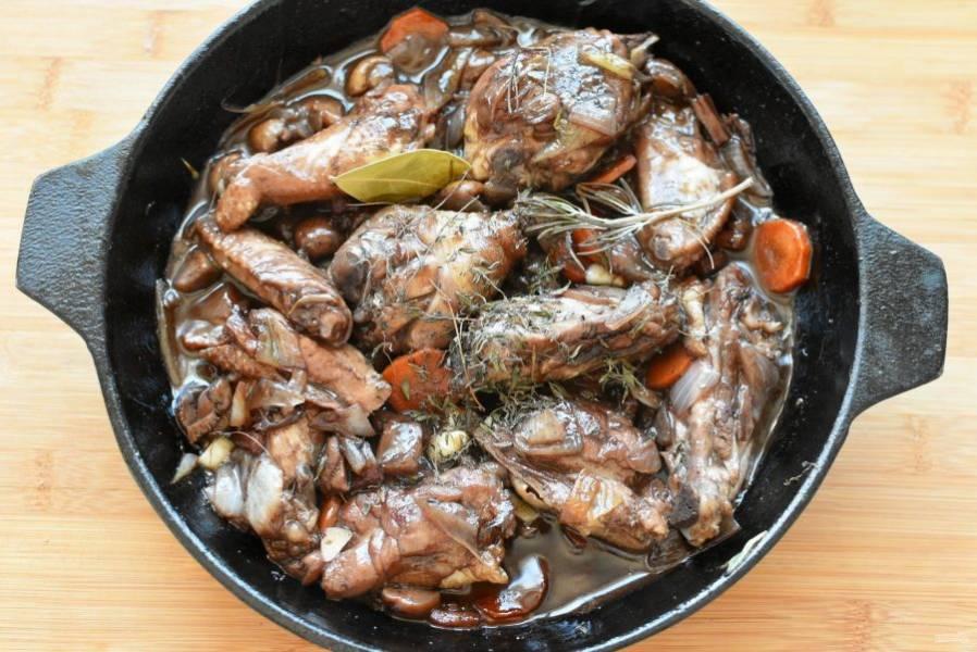 Ближе к концу тушения поперчите блюдо и положите тимьян, небольшой лавровый лист и розмарин.