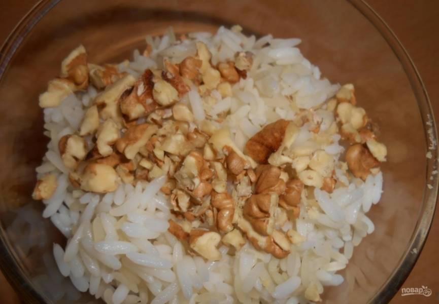 5.Всыпаю измельченные орехи к рису.