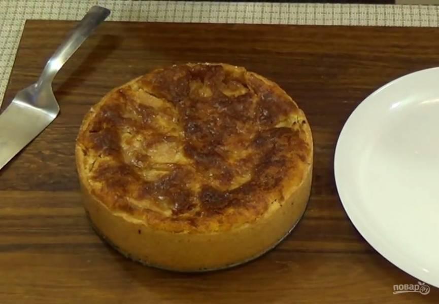 6. Затем выпекайте при температуре 180 градусов еще 30 минут. Оставьте пирог в форме до полного остывания, после чего аккуратно извлеките его на тарелку. Приятного аппетита!