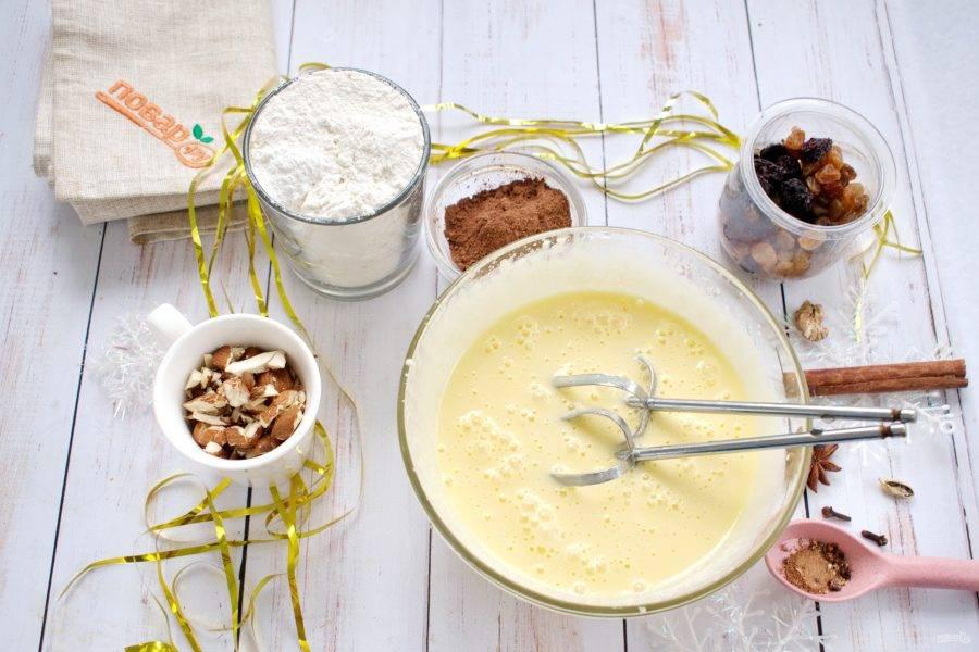 Яйца и сахар взбейте в пышную пену до растворения сахара. Сметану, растопленное сливочное масло и мед перемешайте до однородности, добавьте к яичной массе, взбейте.