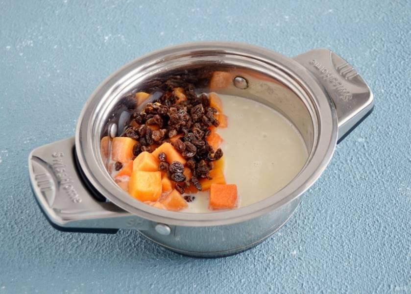 Добавьте в кастрюлю овсяное молоко, сахар, изюм и тыкву. Хорошо перемешайте. Продолжайте варить кашу 30 минут на средне-низкой температуре, пока тыква не станет мягкой.