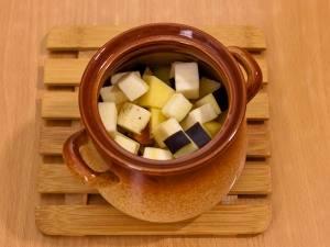На картофель выкладываем баклажаны.