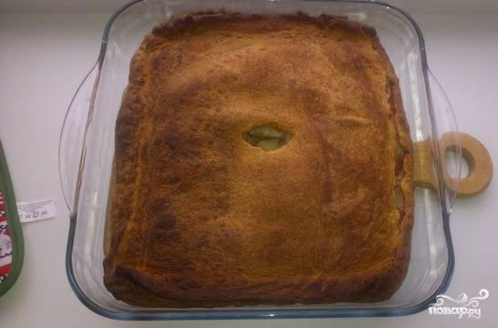 Готовый пирог достаньте из духовке, дайте ему остыть. Накройте на двадцать минут пирог полотенцем, чтобы он стал мягким. Подавайте с томатным соком или молоком.