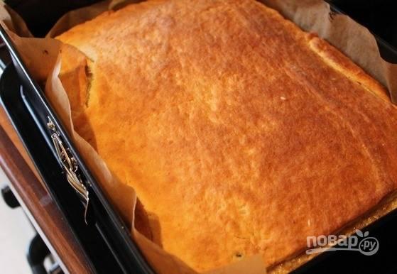 Оставьте получившийся полуфабрикат на расстойку на полчаса. Тем временем разогрейте духовой шкаф до двухсот градусов. Выпекайте торт до появления золотистой корочки двадцать минут.
