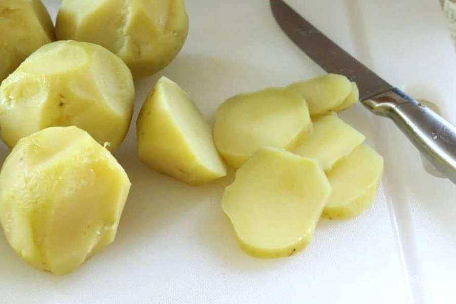 2.Очистите картошку от кожуры и нарежьте ее небольшими ломтиками.