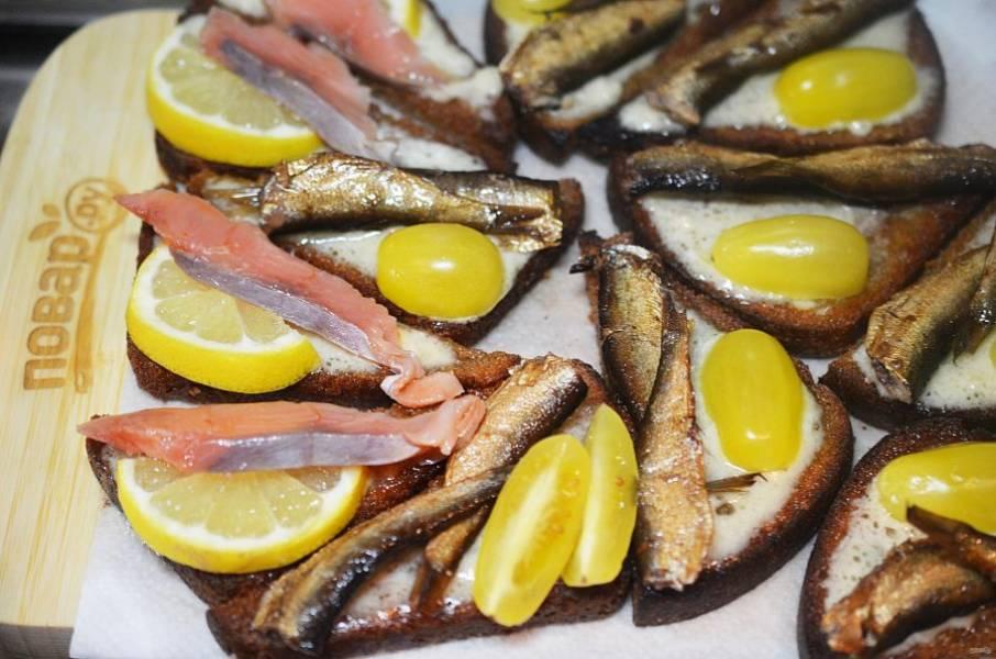 8. На хлеб выложите шпроты с помидором, а на другую часть хлеба — семгу с лимоном.