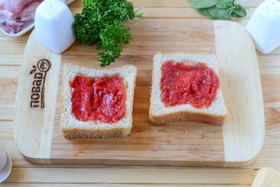 Оба ломтика хлеба смажьте томатным соусом.