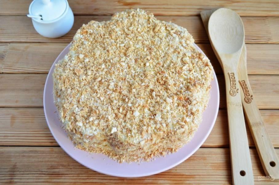 Смажьте щедро кремом верх и бока тортика. Часть печенья растолките в ступке, обсыпьте тортик со всех сторон. Отправьте в холодильник на ночь.