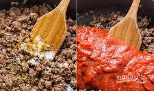 2. Добавьте к готовому фаршу томатную пасту, соль и перец по вкусу. Тушите до густой массы.