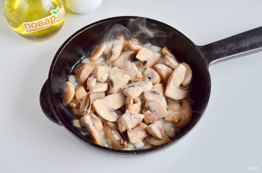 2. Я заранее обжарила на растительном масле луковицу, порезанную кубиками, потом добавила грибы и довела до готовности начинку.