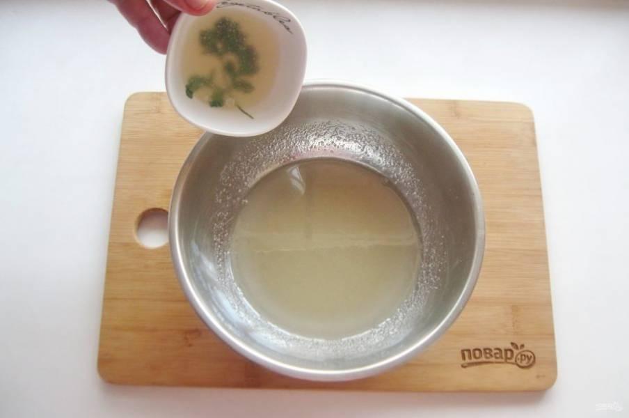 Дайте сиропу остыть до комнатной температуры, после добавьте набухший желатин.