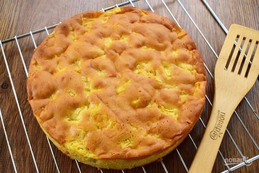 Затем дайте пирогу остыть в форме в течение 15 минут, затем на решетке.