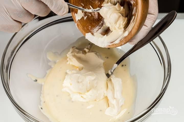 2.Взбитую массу перекладываю в миску, кладу жирные сливки (не менее 30%) и медленно перемешиваю ложкой сверху вниз. В результате получается густая масса.