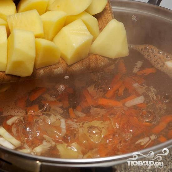 Почистите и порежьте крупно картофель и добавьте в кастрюлю.