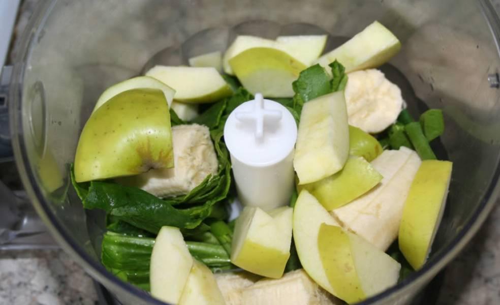 Складываем в чашу блендера: банан, яблоки, чернослив, вымытый салат и шпинат. Доливаем воду, и превращаем массу в однородный коктейль.