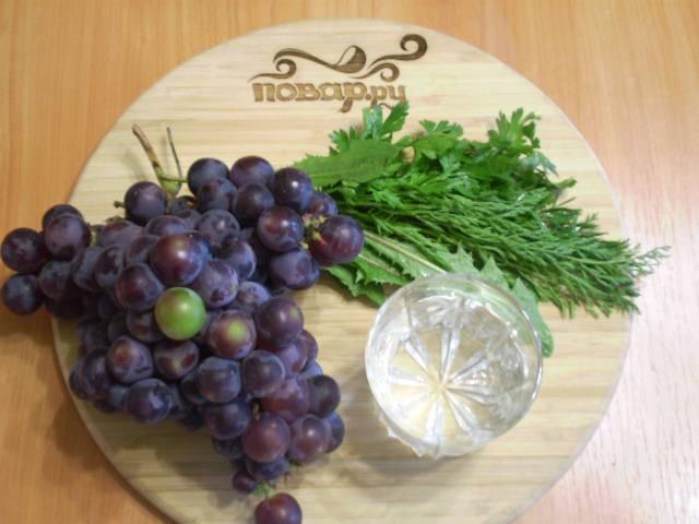 Подготовим продукты для коктейля. Виноград нужно вымыть, дать стечь воде. Зелень замочить на время в холодной воде, после сполоснуть под проточной. Зелени должно быть 40%, а фруктов и воды — 60%.