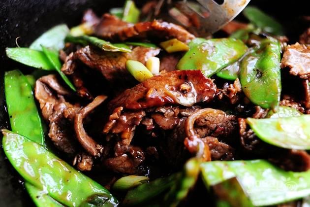 8. Смешайте мясо со стручковым горошком и протушите еще пару минут на сковороде.