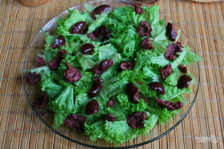 Оливки выкладываем на листья салата.