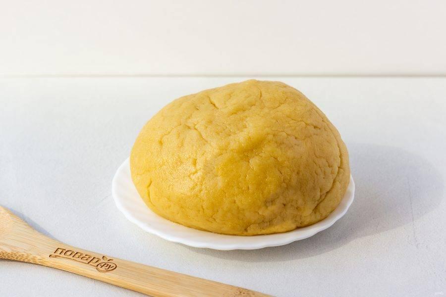 Муку просейте, введите в масляную массу и постепенно замесите мягкое, эластичное тесто. Оберните тесто в пакет и уберите в холодильник на 40-60 минут.