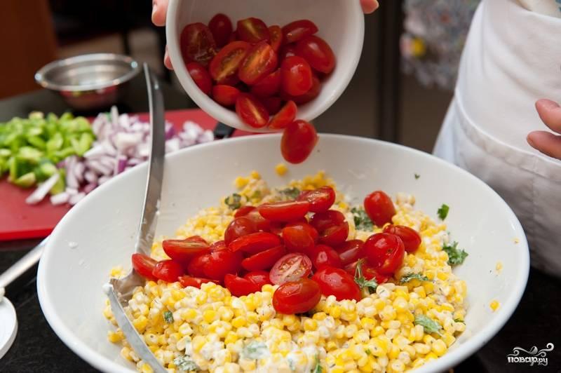 Добавить порезанные помидоры, лук и сладкий перец.