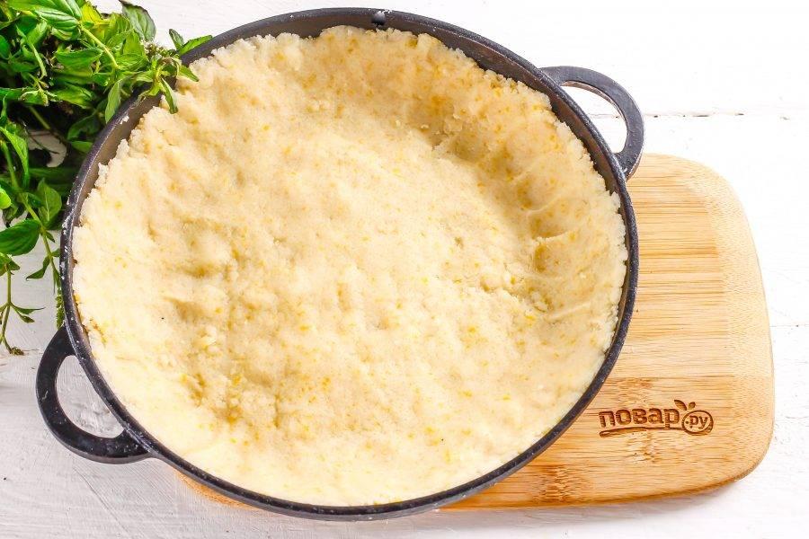 Разогрейте духовку до 200 градусов. Выложите песочное тесто в форму, заходя за бортики.
