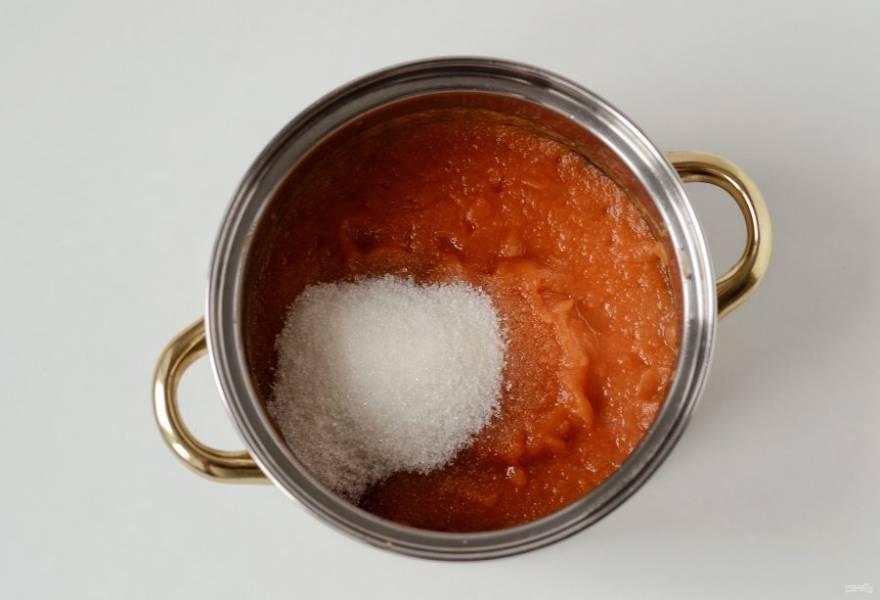 Добавьте соль, сахар, специи и измельченный чеснок. Варите 10 минут. Затем влейте уксус, доведите до кипения и варите ещё 5 минут.