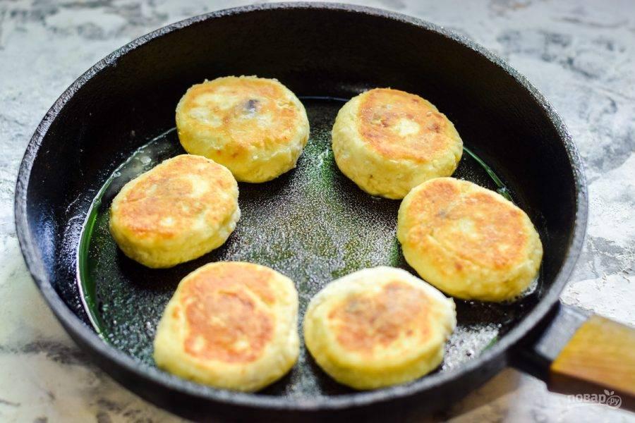 Жарьте сырники на растительном масле с каждой стороны по 3 минуты.